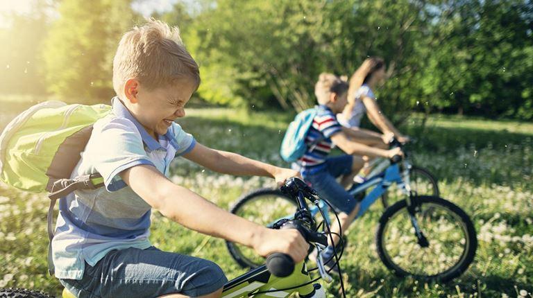 niños montando sus bicicletas