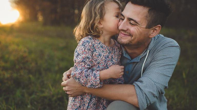 padre e hija abrazando
