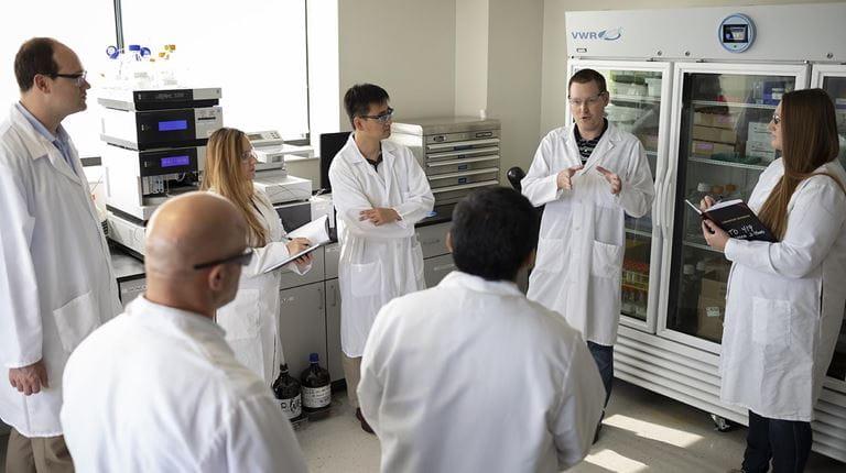 Investigadores en batas blancas en un laboratorio